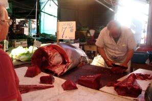 sprzedawca-tuńczyka-na-targu-Ballaro