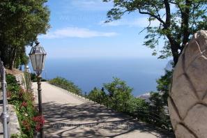 Panoramiczna-aleja-pomiędzy-kościołem-San-Giovanni-Battista-a-Castello-Pepoli