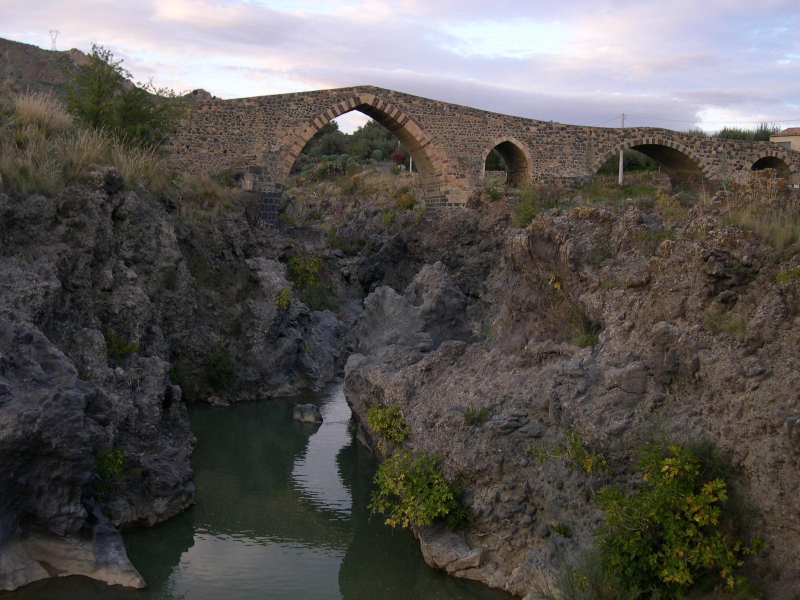 Ponte_dei_saraceni autor archenzo cc