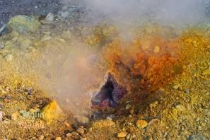 komin solfatary, której wyziewy mają temperaturę +150 stopni C