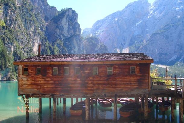 Braies - przystań łodzi jezioro braies