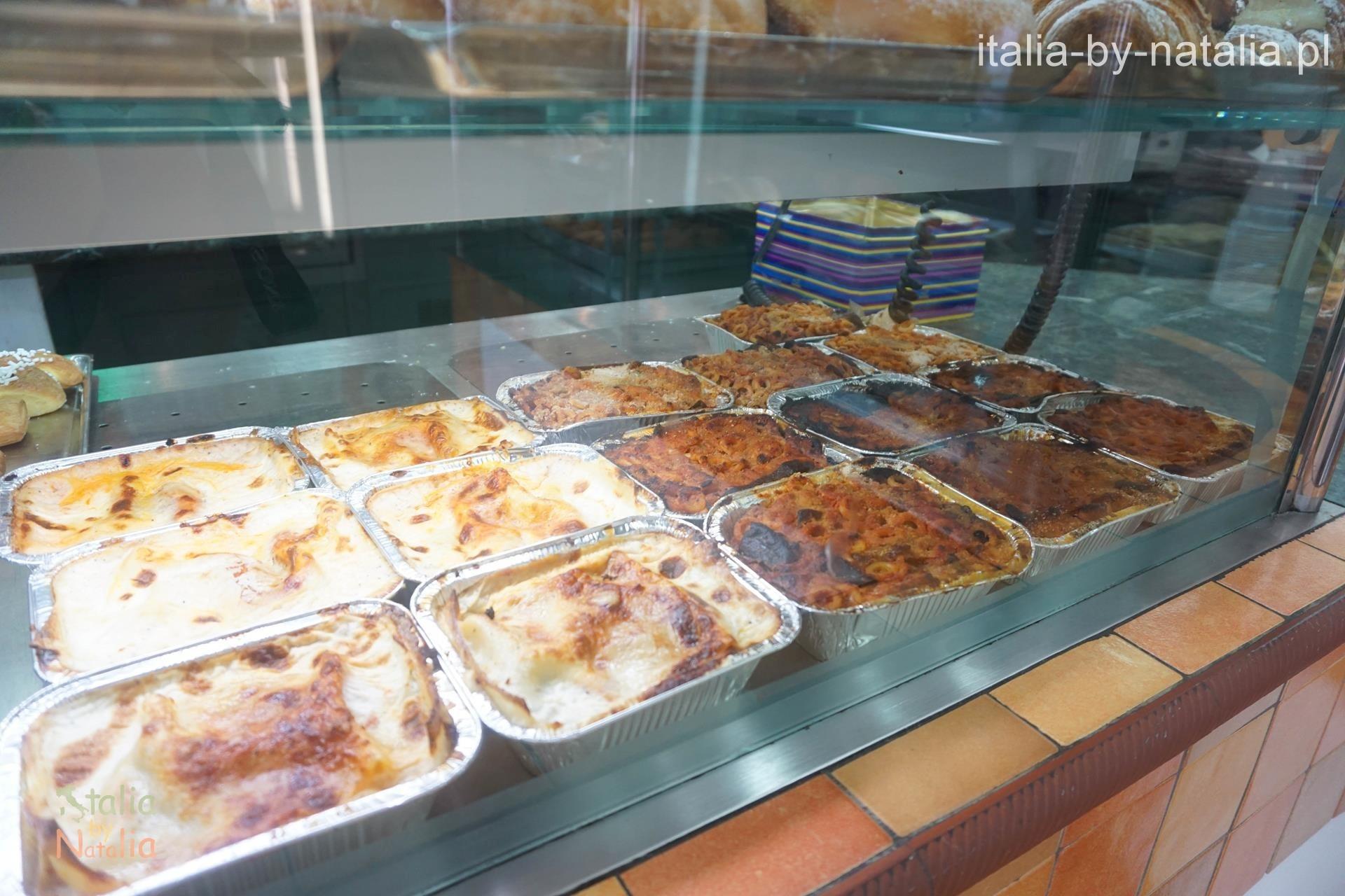 Jedzenie w barze Touring w Mondello koło Palermo