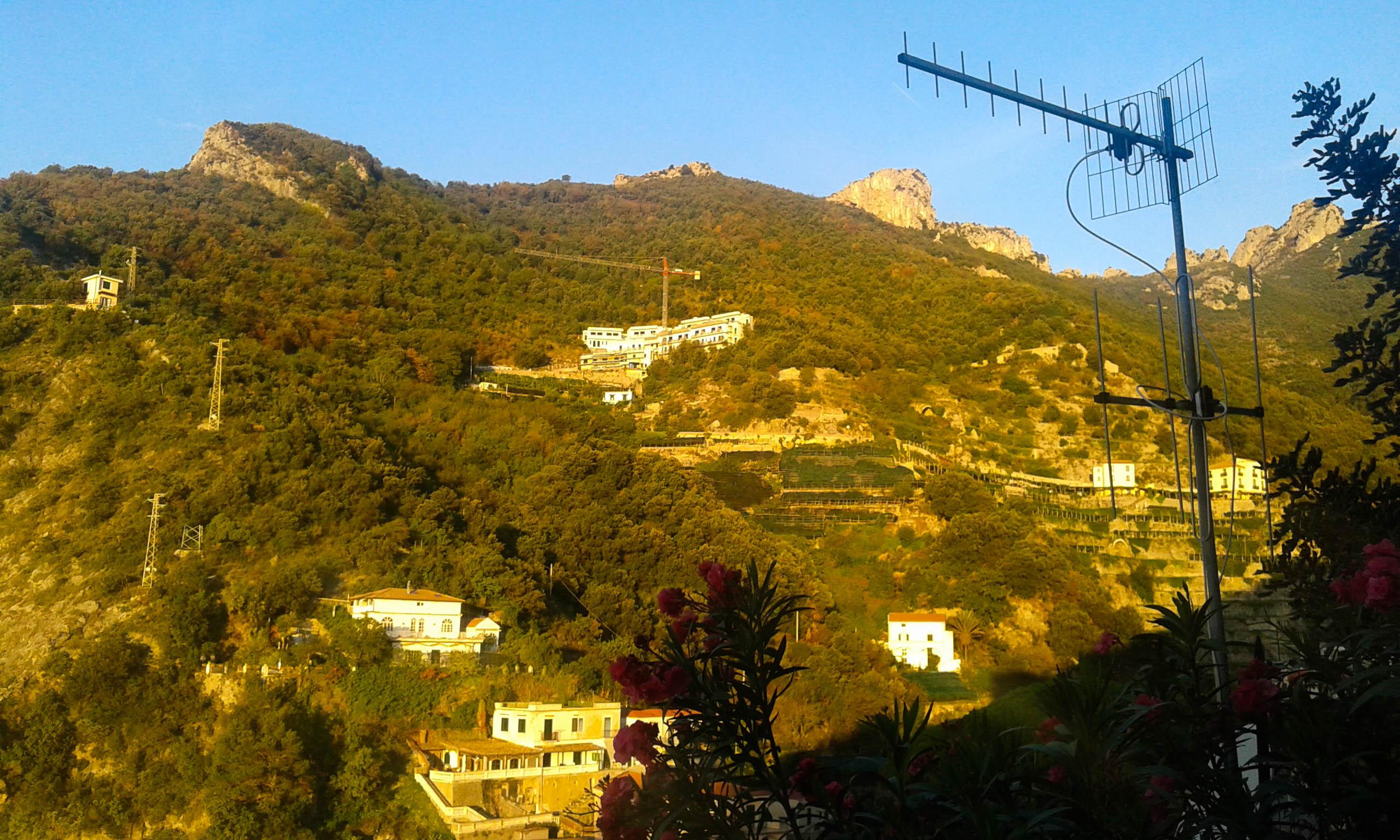 widok na wzgórza Amalfi w Erchie