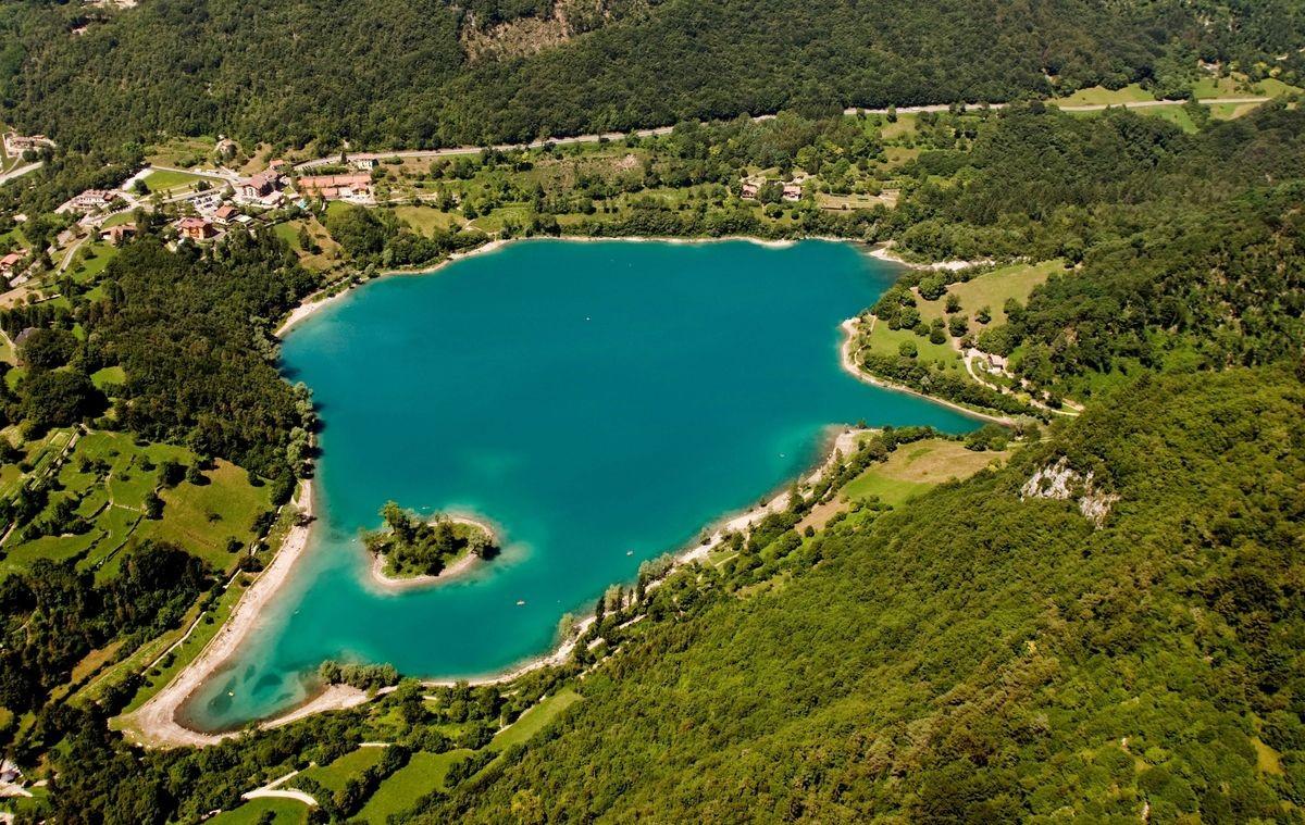 Lago di Tenno jezioro z lotu ptaka Garda Canale Tenno Varone