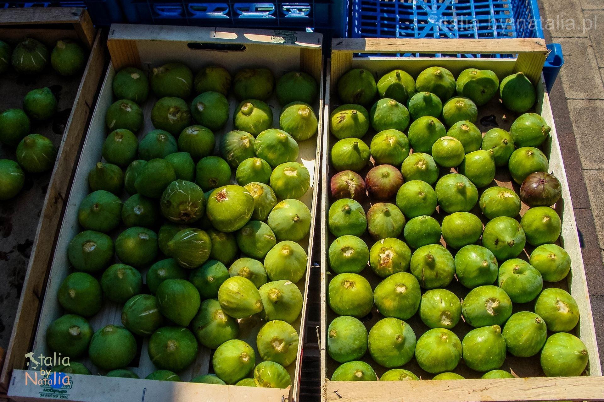 Matera Bazylikata targ owoce figi