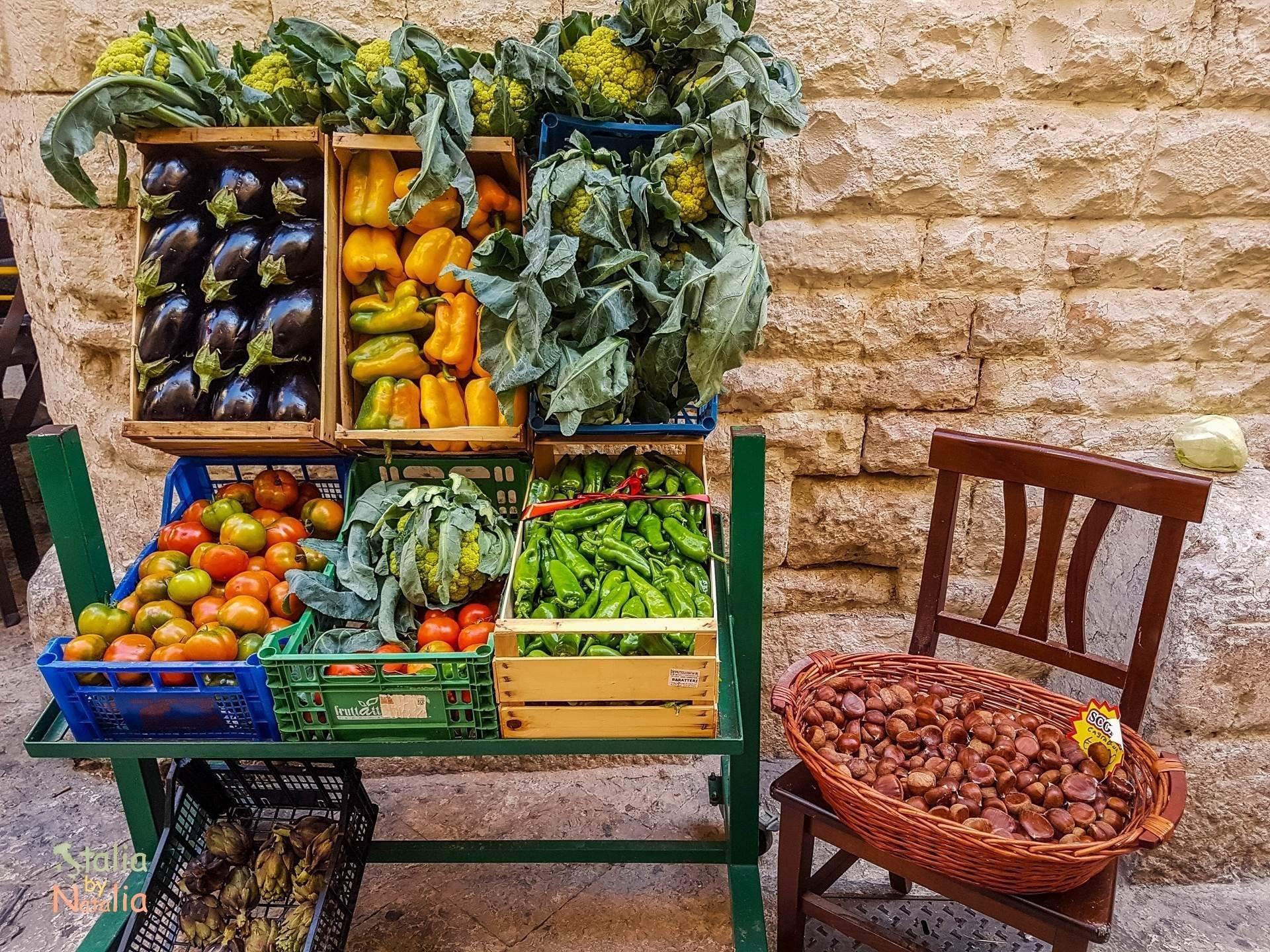 Bari Apulia zwiedzanie stragan z warzywami owocami stare miasto