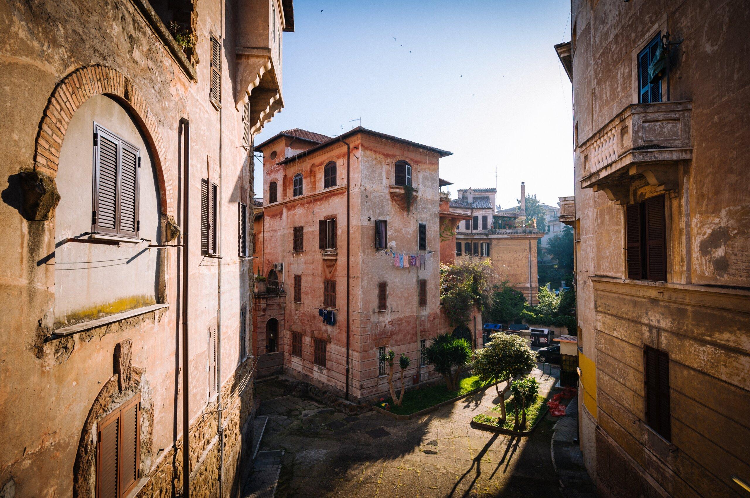 Rzym jak zorganizować podróż i gdzie spać ulica stara zabudowa