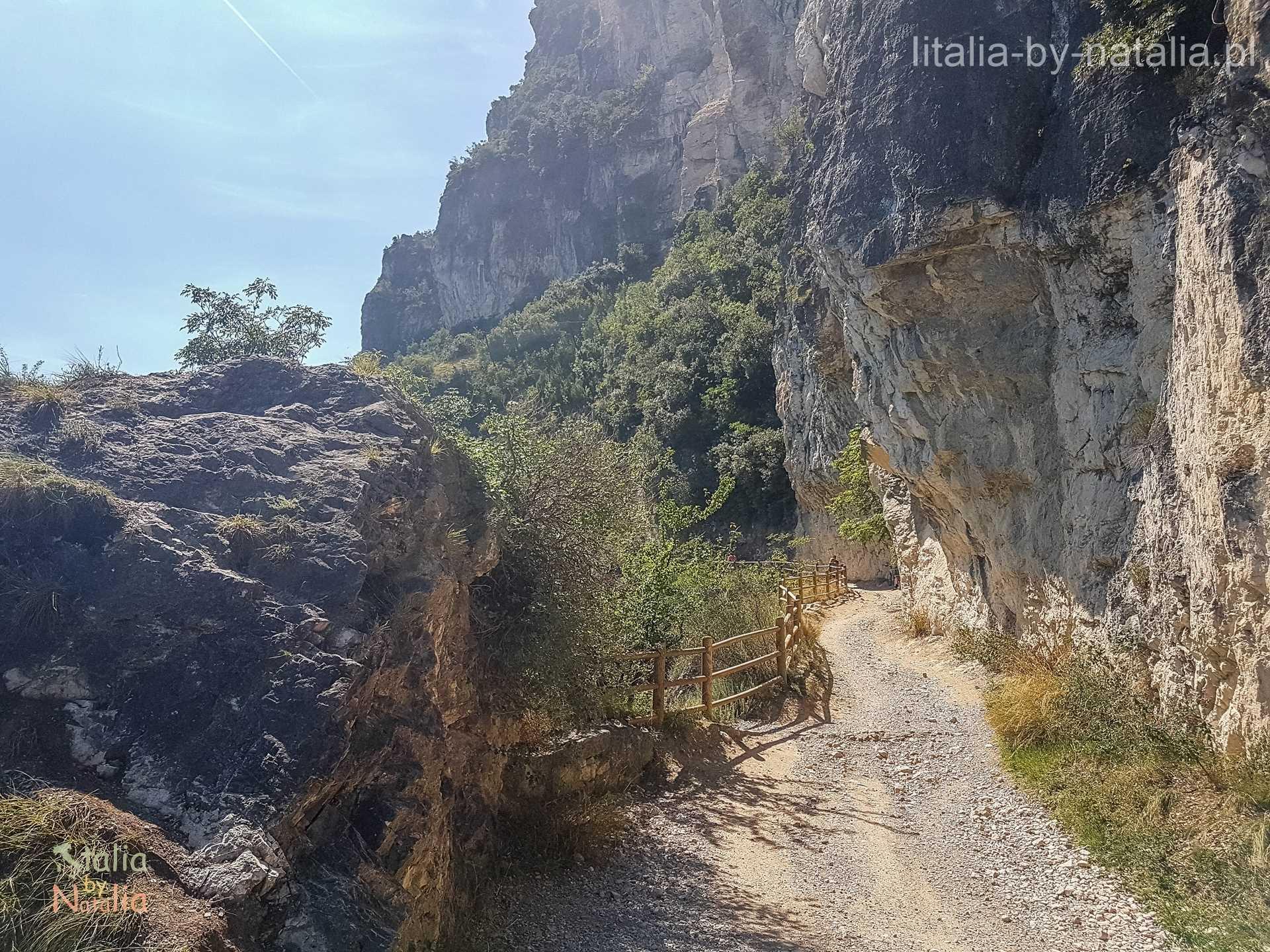 Strada del Ponale Garda kolarstwo górskie szlak panoramiczny spacer trekking