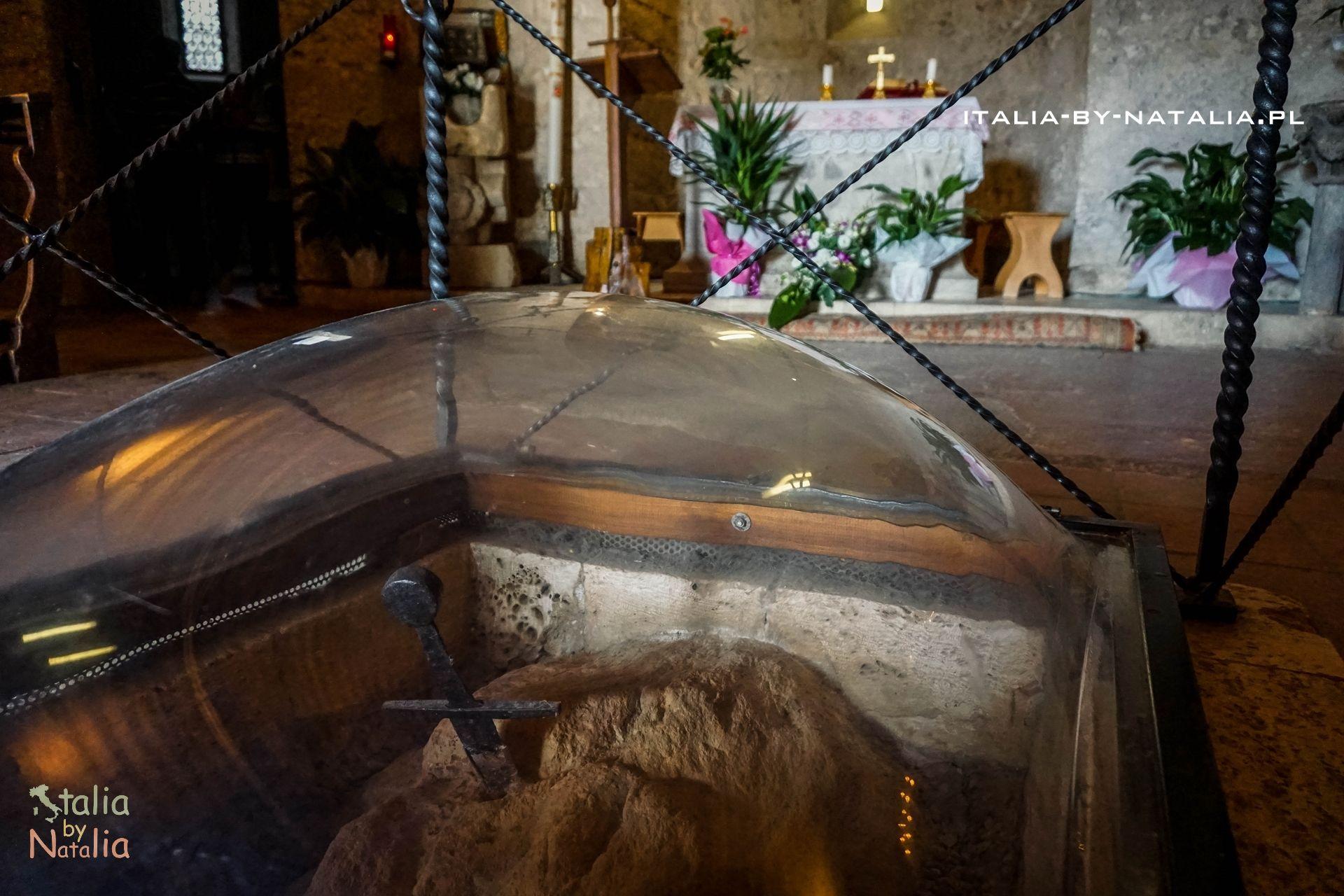 Opactwo San Galgano Toskania kościół bez dachu Miecz San Galgano