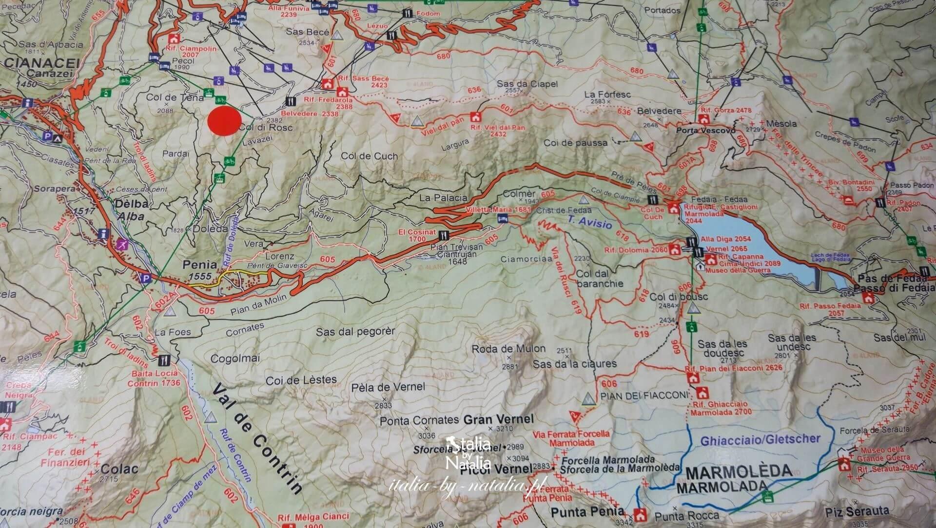Passo Fedaia mapa trekking w Val di Fassa z widokiem na lodowiec Marmolada Dolomity latem we wrześniu