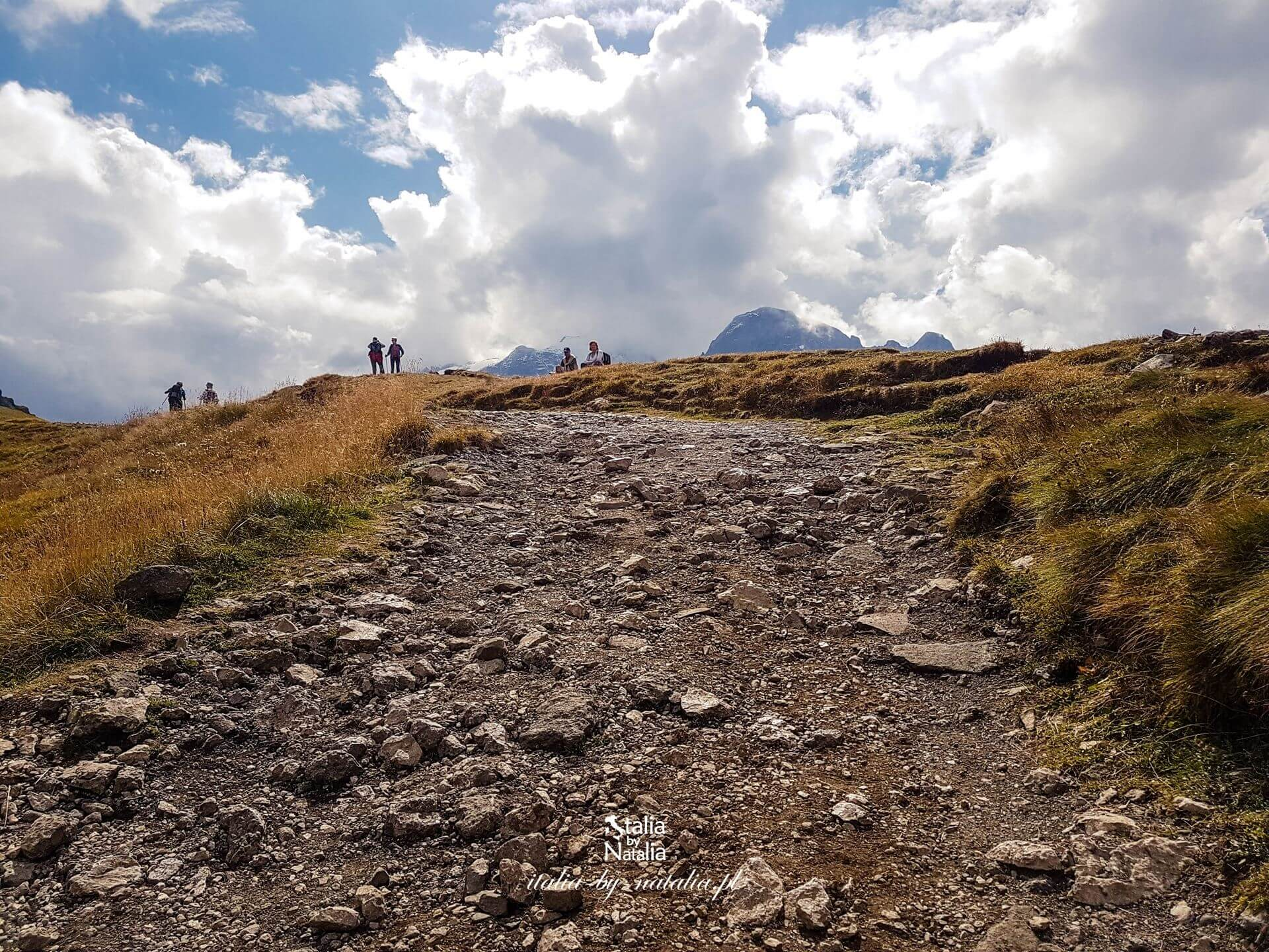 Passo Fedaia trekking w Val di Fassa z widokiem na lodowiec Marmolada Dolomity latem we wrześniu