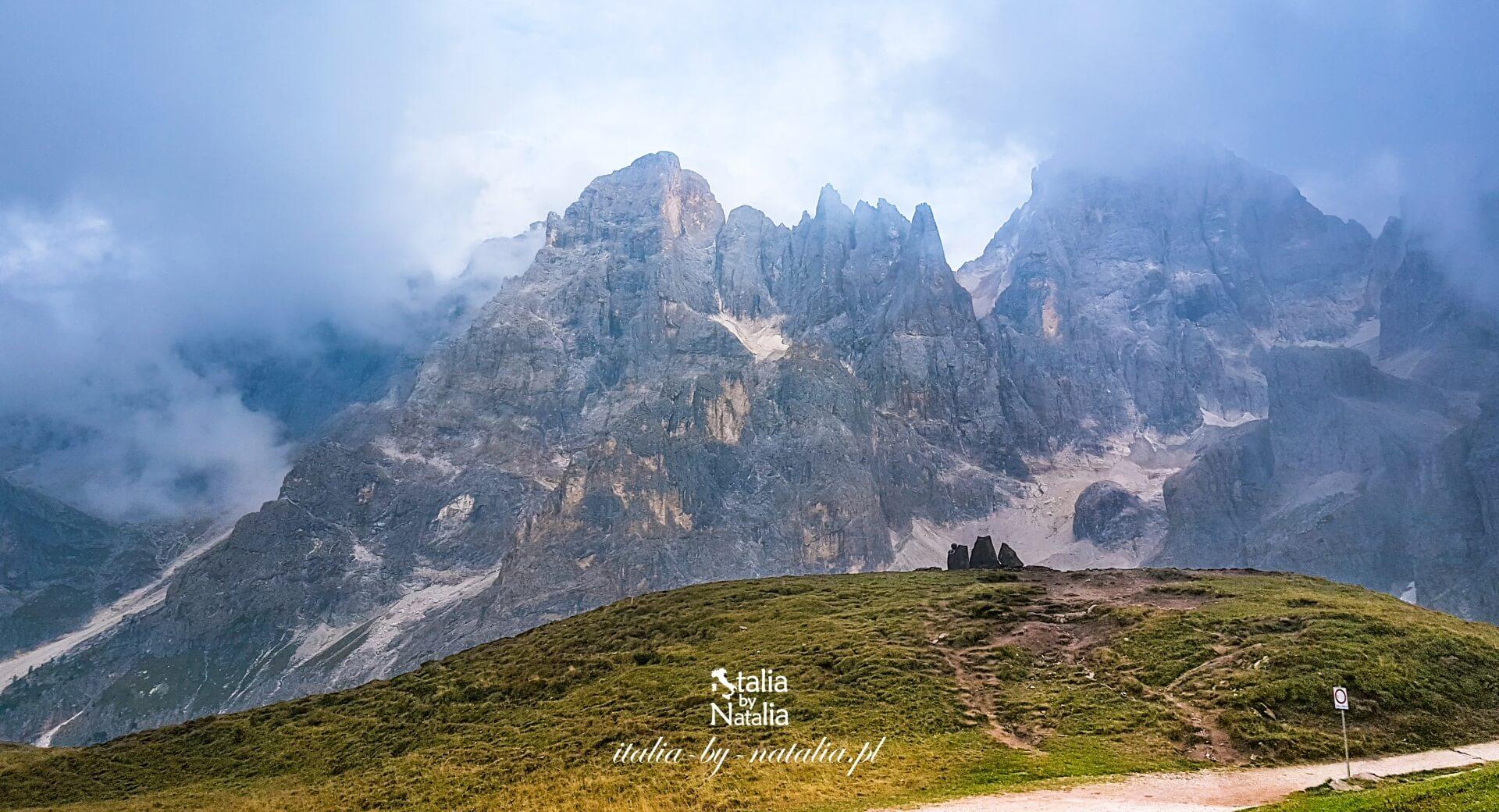 Baita Segantini schronisko górskie z pięknym widokiem Dolomity Passo Rolle Pale di San Martino