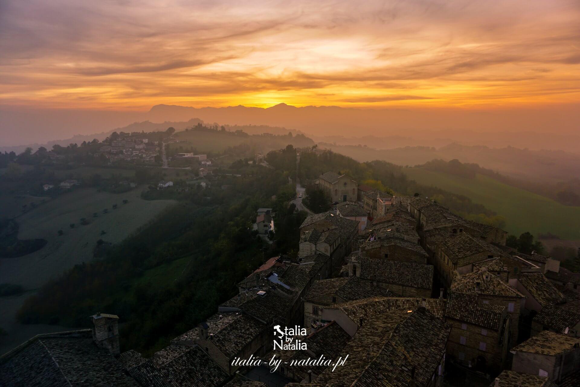 Petritoli miasteczko pośród wzgórz i winnic regionu Marche prowincja Fermo