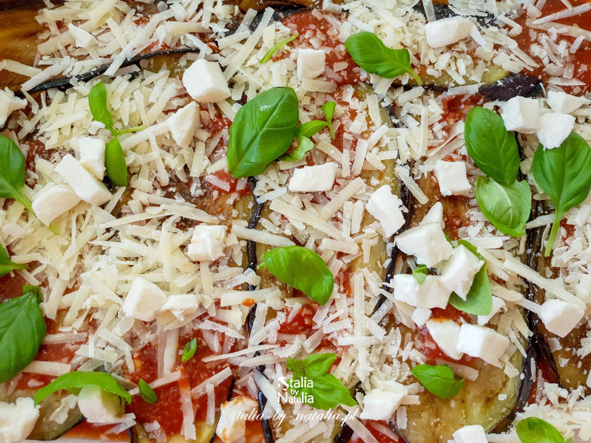 Parmigiana di melanzane włoski przepis na wegetariańską zapiekankę z bakłażana, sera i pomidorów