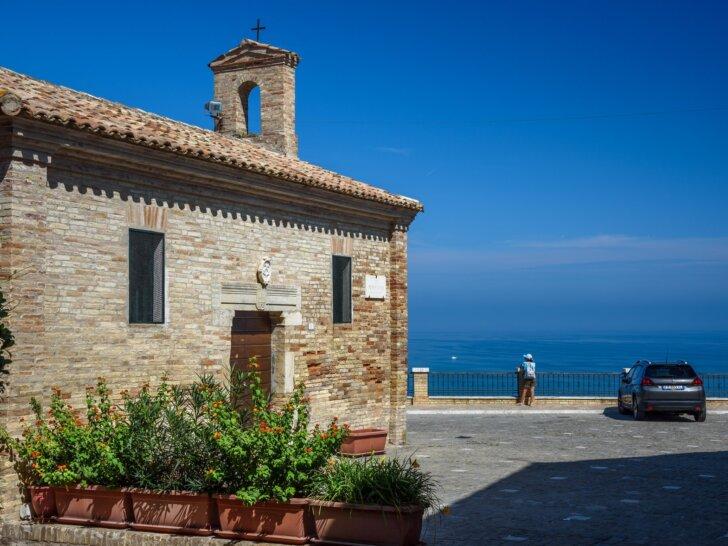 Torre di Palme miasteczko na wzgórzu ponad plażami Adriatyku Marche środkowe Włochy