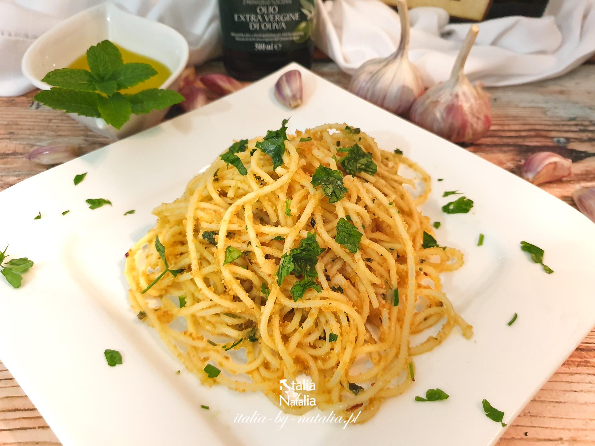 Spaghetti aglio, olio e peperoncino – przepis oryginalny i z bułką tartą