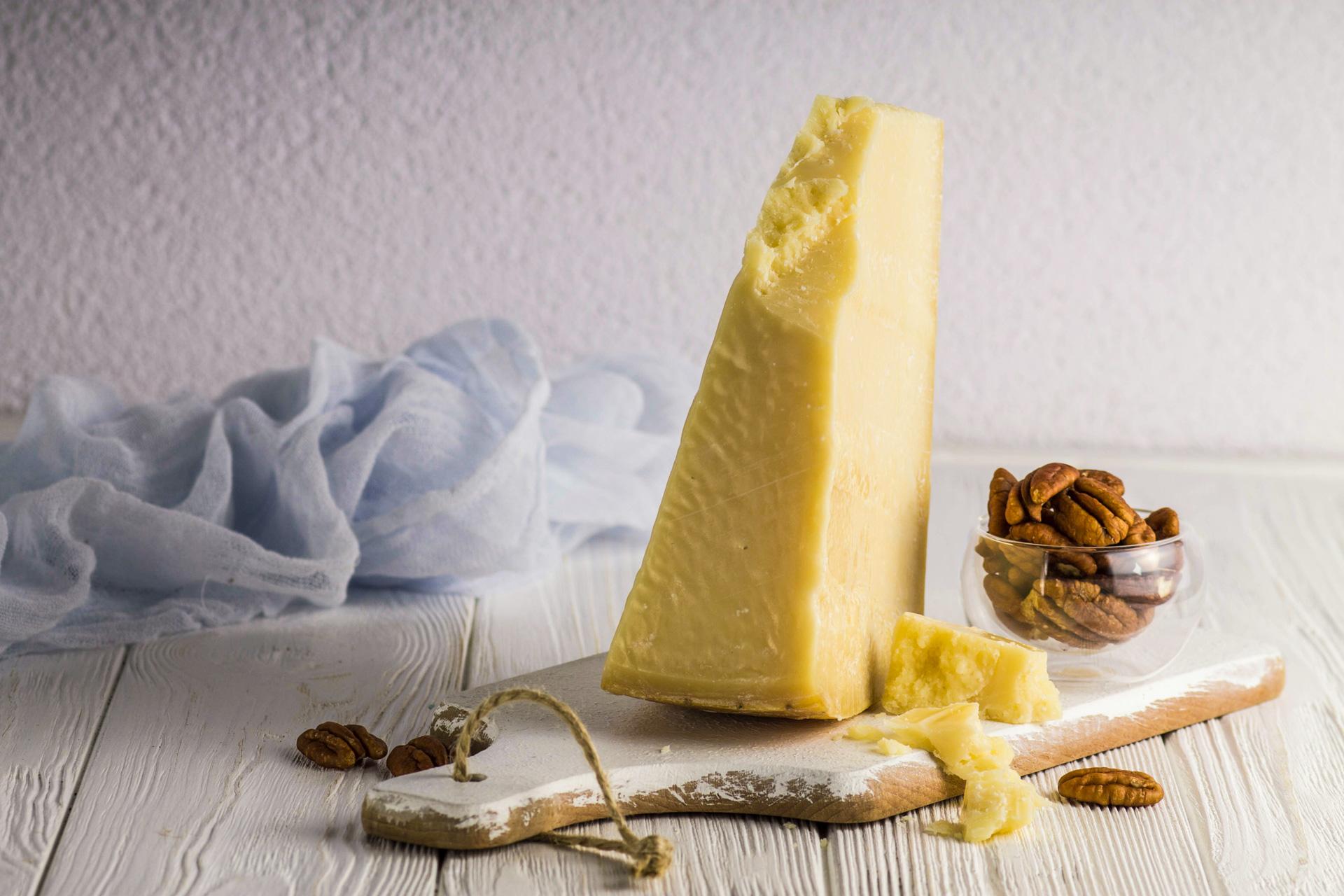 Parmigiano Reggiano, czyli słynny parmezan. Jak powstaje? Jak rozpoznać oryginalny ser?