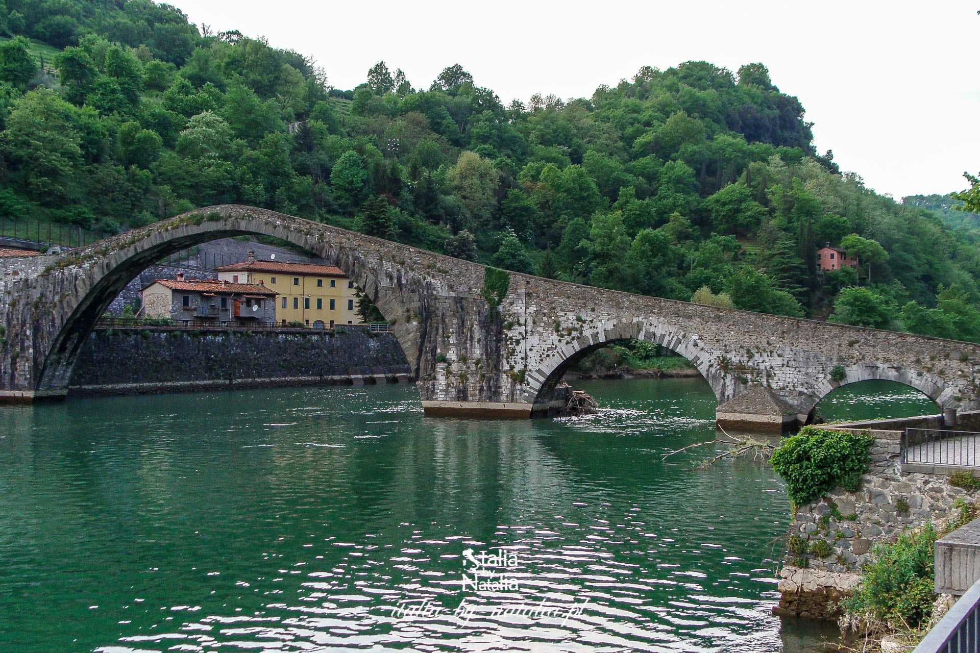 Ponte della Maddalena (Ponte del Diavolo) w Borgo a Mozzano, prowincja Lukka. Diabelski most w Toskanii