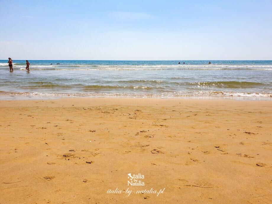 Pozzallo, południowa Sycylia - miasteczko i piękna plaża piaszczysta dostępne pociągiem